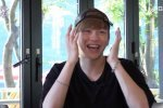 คังดาเนียล Wanna One ใช้หมวกปิดหน้าจอมือถือของซิ่วหมิน EXO เพราะความเขิน
