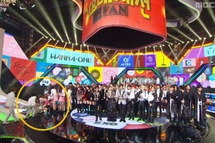 PRISTIN ช่วยจองฮัน SEVENTEEN หลังเขาล้มลงบนเวที MBC Gayo Daejejeon