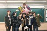 NCT ยังคงสืบสานประเพณีการถ่ายรูปสุดน่ารักของพวกเขาเนื่องในวันจบการศึกษา