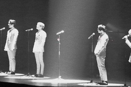 SHINee เว้นพื้นที่ตรงกลางในช่วงตอบจบของคอนเสิร์ตไว้ เพื่อเป็นที่ของ จงฮยอน ผู้ล่วงลับ