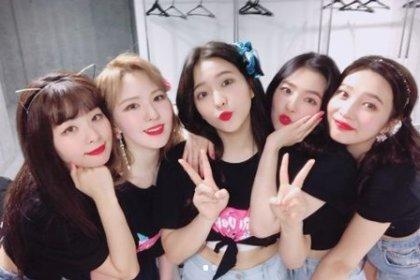 มาพบกับเหล่าพี่น้องของสมาชิกจากวง Red Velvet กันว่าพวกเขาจะหน้าเหมือนสาว ๆ ไหมเอ่ย?!