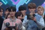 แฟน ๆ สังเกตเห็นว่าวี BTS แอบส่องการ์ดของพิธีกรในรายการ M Countdown!
