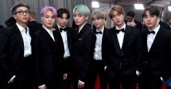 BTS เดินทางมาถึงจุดพรมแดง งาน Grammy Awards ในลุคที่ดูทะมัดทะแมงสุด!